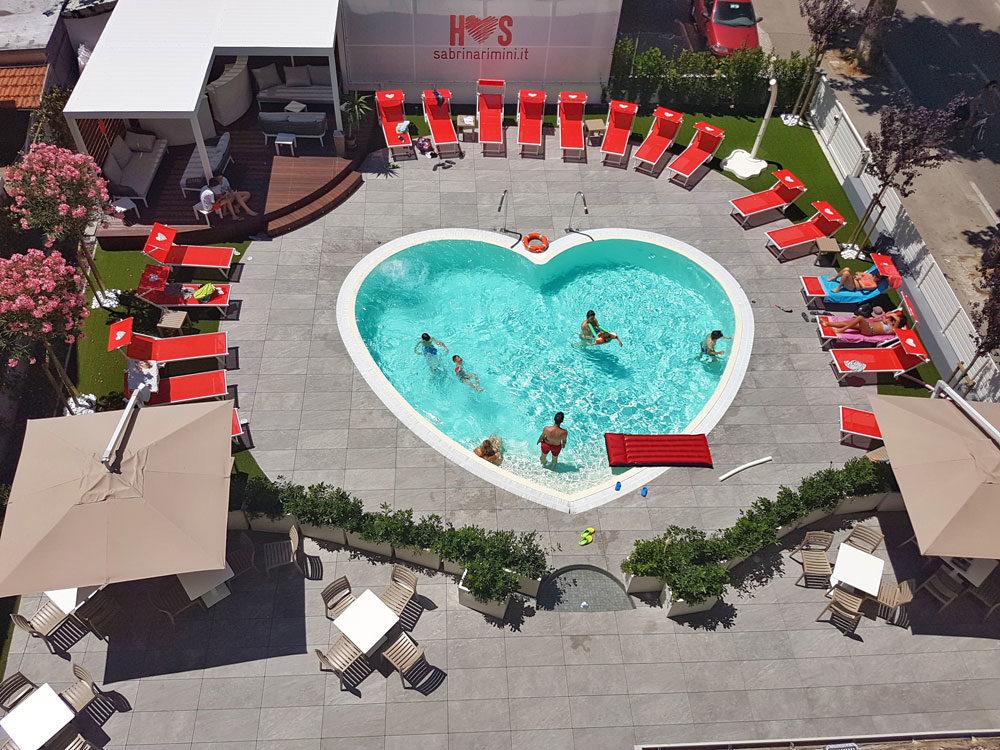 Hotel con piscina a forma di cuore a Rimini