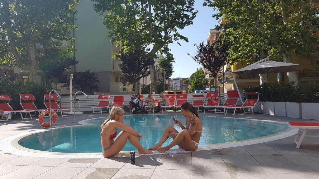hotel-sabrina-rimini-piscina-persone
